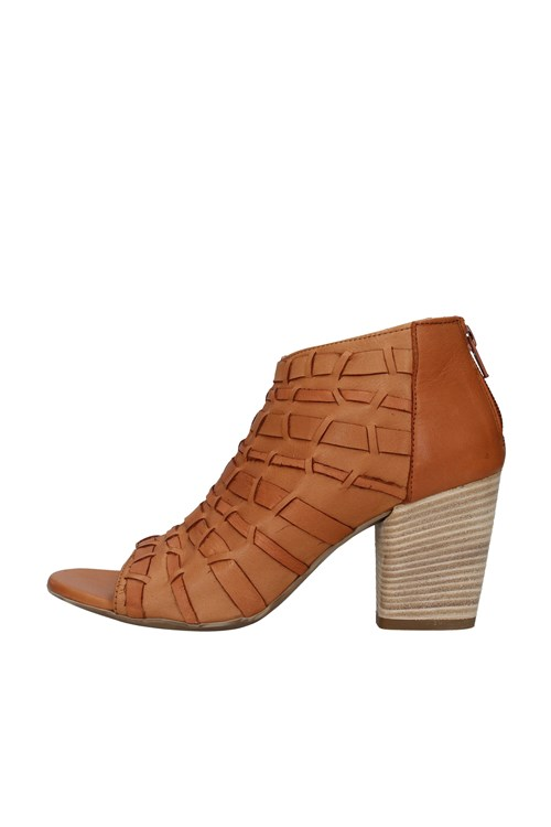 With heel BROWN